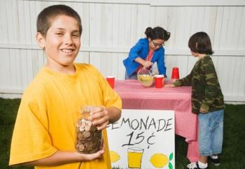 3 kids at lemonaide stand
